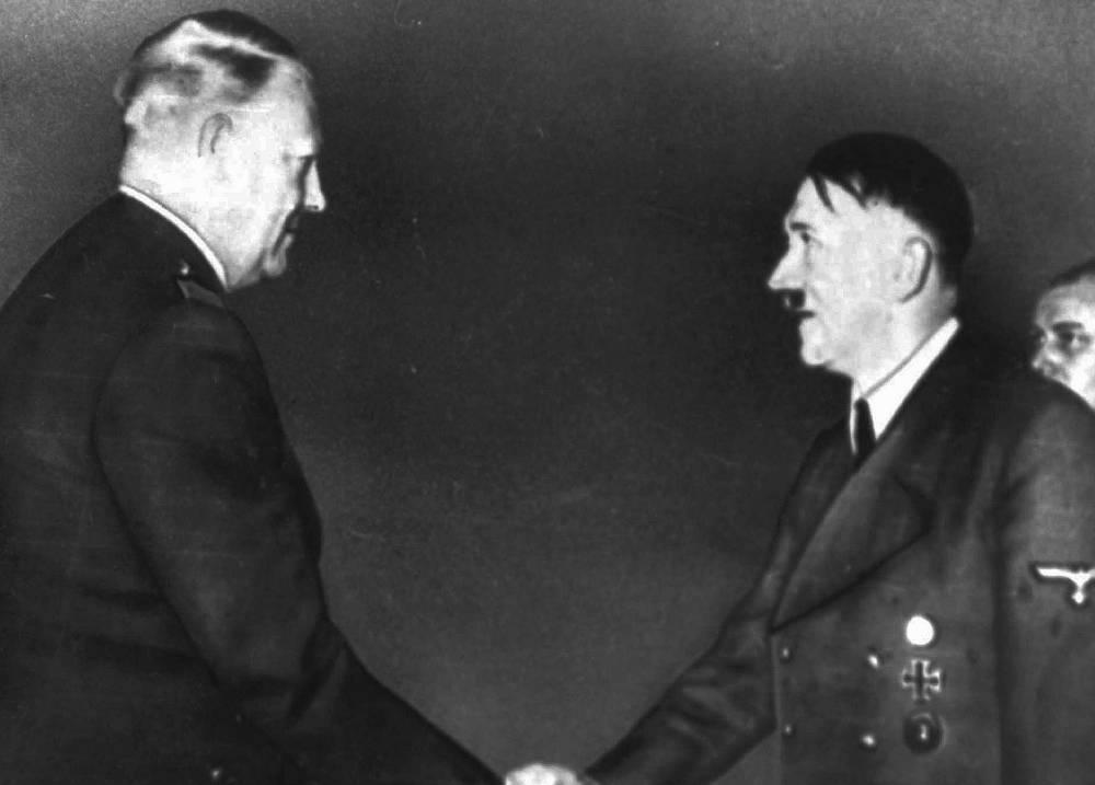 El líder de la derecha noruega Vidkun Quisling, izquierda, se encuentra con Adolf Hitler en esta foto de enero de 1945.Parcialmente oscurecido a la derecha está Martin Bormann, el secretario de Hitler.(Foto AP)