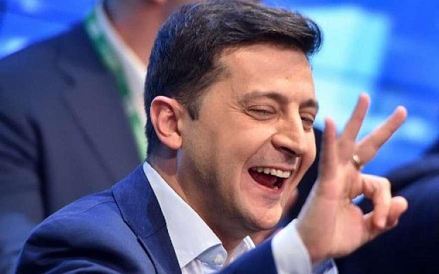 El comediante ucraniano y candidato presidencial Volodymyr Zelensky en la sede de su campaña en Kiev el 21 de abril de 2019, luego del anuncio de la primera encuesta de salida que predice que ganó la segunda ronda de las elecciones presidenciales de Ucrania.(Sergei GAPON / AFP)