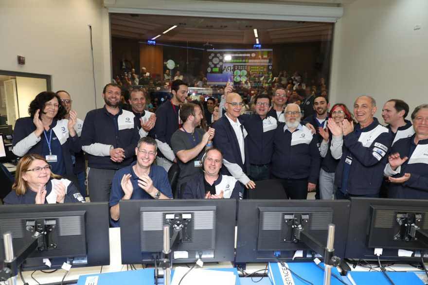 Los ingenieros celebran en la sala de control de Bereshit en Yehud el 4 de abril de 2019 después de anunciar que la atracción de la gravedad de la luna probablemente capturó con éxito la nave espacial Bereshit, la maniobra más complicada que la nave espacial ha ejecutado desde su lanzamiento. (Eliran Avital / cortesía Bereshit)