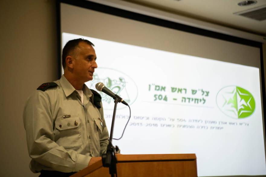 El jefe de inteligencia militar Tamir Hyman habla durante una ceremonia para presentar a la Unidad de inteligencia humana 504 una recomendación oficial en abril de 2019. (Fuerzas de Defensa de Israel)