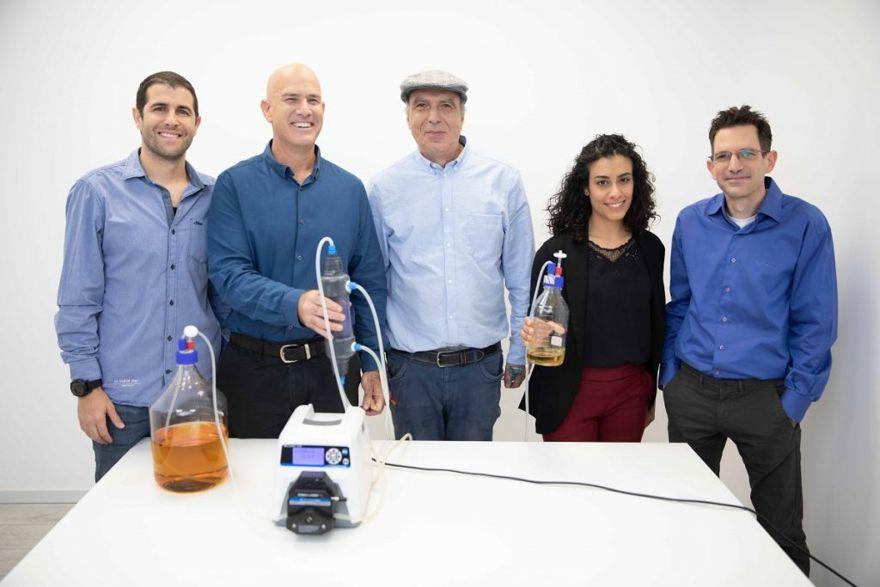 El equipo de Better Juice de izquierda a derecha: el gerente de investigación y desarrollo, Aviv Cohen, fundador y director general, el Dr. Eran Blachinsky, el director científico, el Dr. Roni Shapira, el investigador en investigación y desarrollo Rotem Cohen, y el investigador y gerente de laboratorio del Dr. Elad Landau. Cortesía