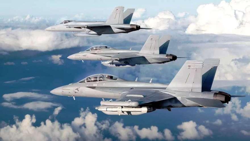 De adelante hacia atrás, un Growler EA-18G, un Super Hornet F / A-18F y un Super Hornet F / A-18E.