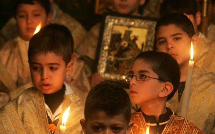 Los fieles ortodoxos griegos palestinos asisten a los servicios de Navidad en una iglesia ortodoxa griega en la ciudad de Gaza el 7 de enero de 2011. (Mohammed Othman / Flash90)