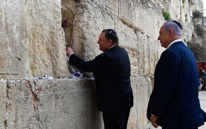 El primer ministro Benjamin Netanyahu (R) y el secretario de Estado de EE. UU. Mike Pompeo (L) en el Muro Occidental en la Ciudad Vieja de Jerusalén el 21 de marzo de 2019, durante el segundo día de la visita de Pompeo como parte de su gira regional de cinco días por el Medio Este. (Kobi Gideon / GPO)