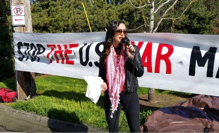 Olivia Katbi-Smith habla en un mitin contra la guerra de veteranos militares de Estados Unidos., Portland, Oregón, abril de 2018. (captura de pantalla de YouTube)