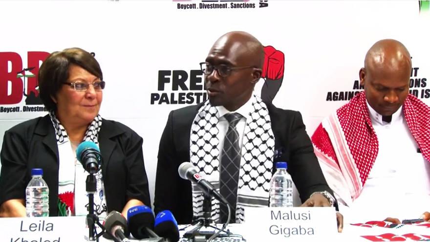 La secuestradora terrorista del PFLP, Leila Khaled, se fue, con los oficiales del ANC en Sudáfrica el 6 de febrero de 2015. (Captura de pantalla: YouTube / BDS Sudáfrica)