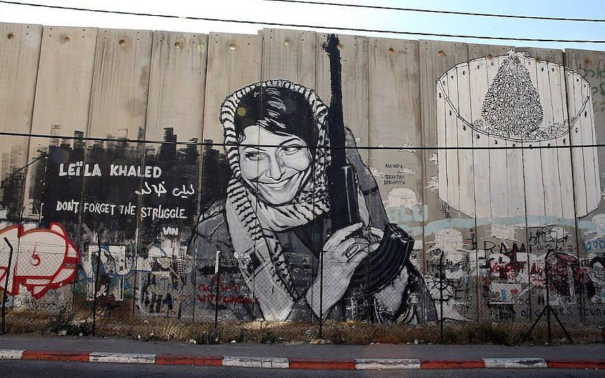 Un mural de Leila Khaled en Ramallah, 16 de junio de 2013. (Ian Walton / Getty Images a través de JTA)
