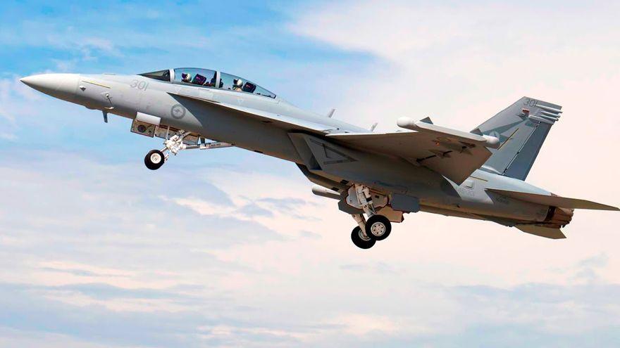 Un Growler EA-18G con una carga completa.