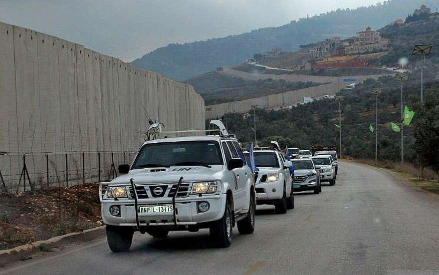 El 4 de diciembre de 2018 (Ali Dia / AFP), los vehículos de la policía militar de las Fuerzas Provisionales de las Naciones Unidas en el Líbano (FPNUL) cruzaron una barrera de separación de concreto entre la aldea del sur de Líbano, Kfar Kila e Israel, en la frontera entre ambos países.
