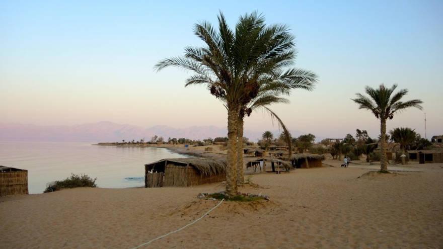 Las simples chozas de paja, que se ven aquí en el campamento de Big Dune Beach el 14 de agosto de 2016, son populares entre los turistas judíos israelíes. Los árabes israelíes y los europeos en general prefieren los hoteles en áreas edificadas en Dahab, Taba y Sharm El Sheikh. (Melanie Lidman / Tiempos de Israel)
