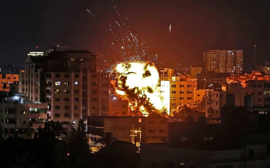 Se produjo una explosión entre edificios durante un ataque aéreo israelí en la ciudad de Gaza en respuesta al lanzamiento de cohetes desde el enclave palestino el 4 de mayo de 2019. (Mahmud Hams / AFP)