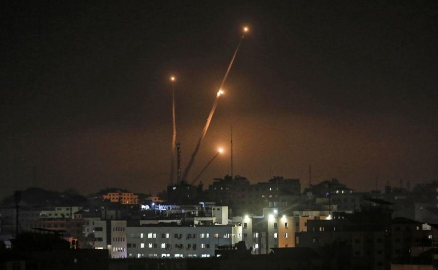 Una fotografía tomada en la ciudad de Gaza el 5 de mayo de 2019 muestra cohetes disparados hacia Israel desde la Franja de Gaza. (Mahmud Hams / AFP)