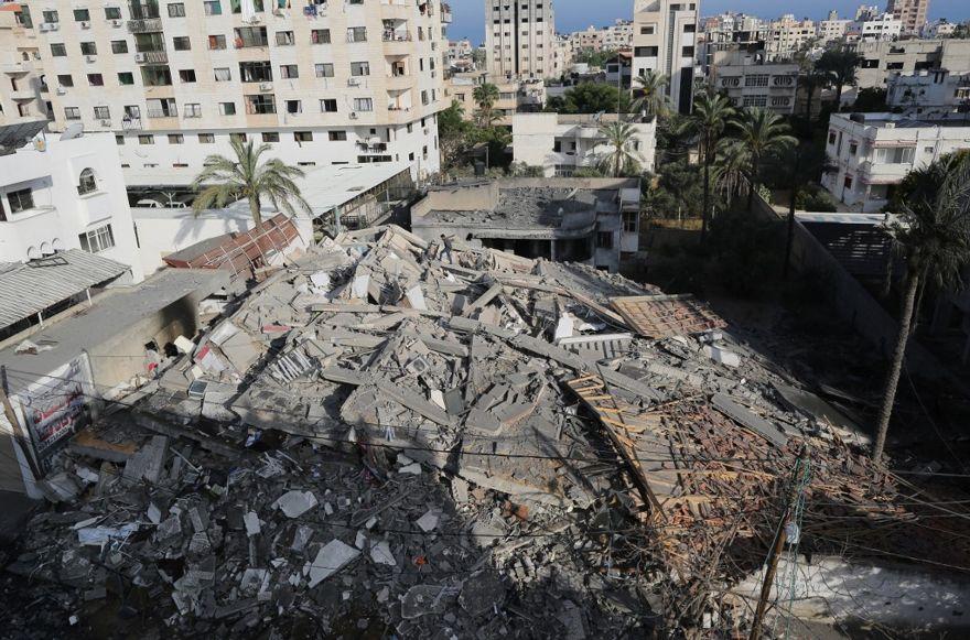 Una imagen muestra los restos de un edificio en la ciudad de Gaza el 5 de mayo de 2019, luego de que fue golpeado durante los ataques aéreos de represalia israelíes contra objetivos de Hamas en el enclave palestino. (Mahmud Hams / AFP)