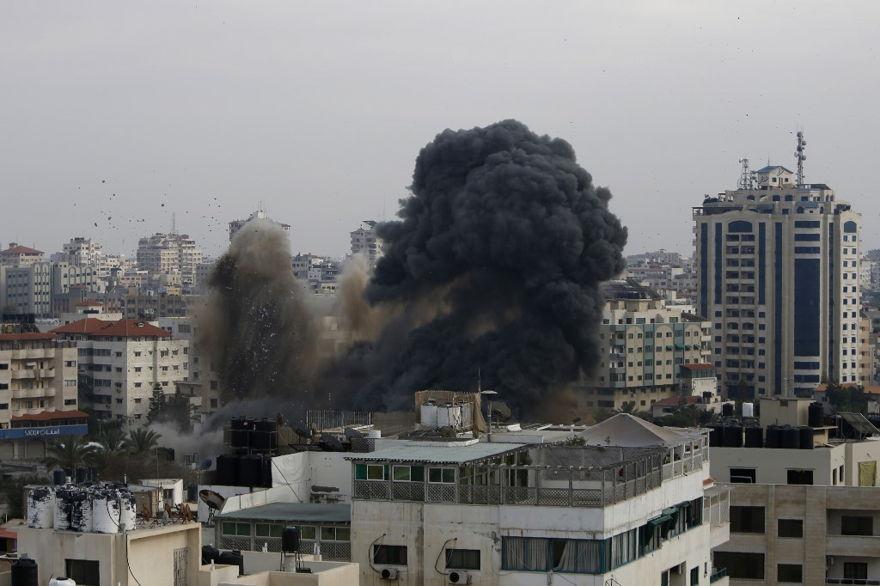 Oleadas de humo de un vecindario objetivo en la ciudad de Gaza durante un ataque aéreo israelí en el enclave palestino administrado por Hamas el 5 de mayo de 2019. (MOHAMMED ABED / AFP)