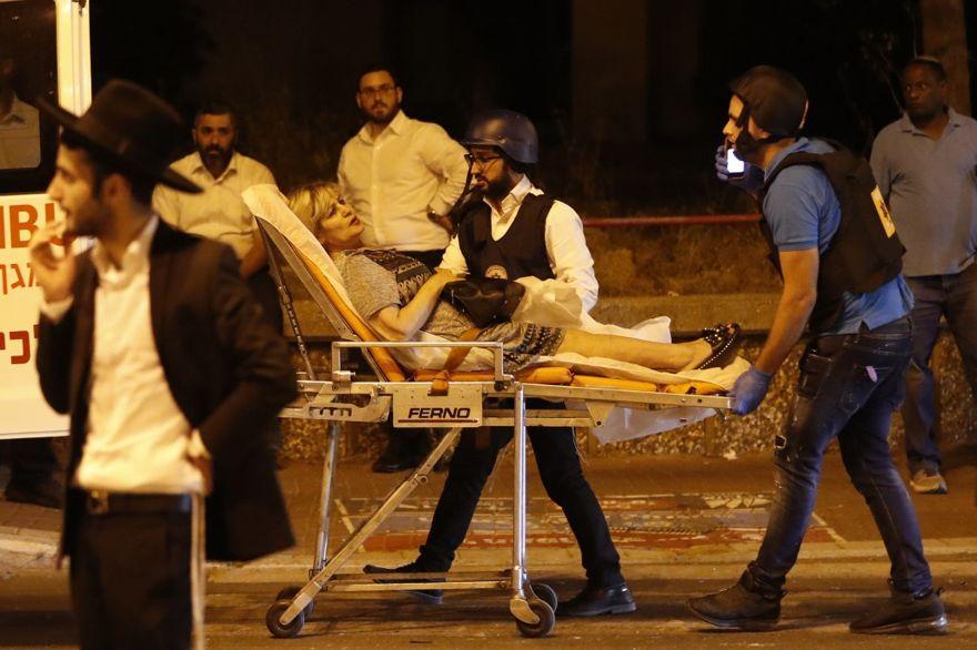 El 5 de mayo de 2019, el personal de emergencia israelí evacuó a una mujer herida del sitio del ataque con cohetes en la ciudad sureña de Ashdod (Ahmad GHARABLI / AFP).