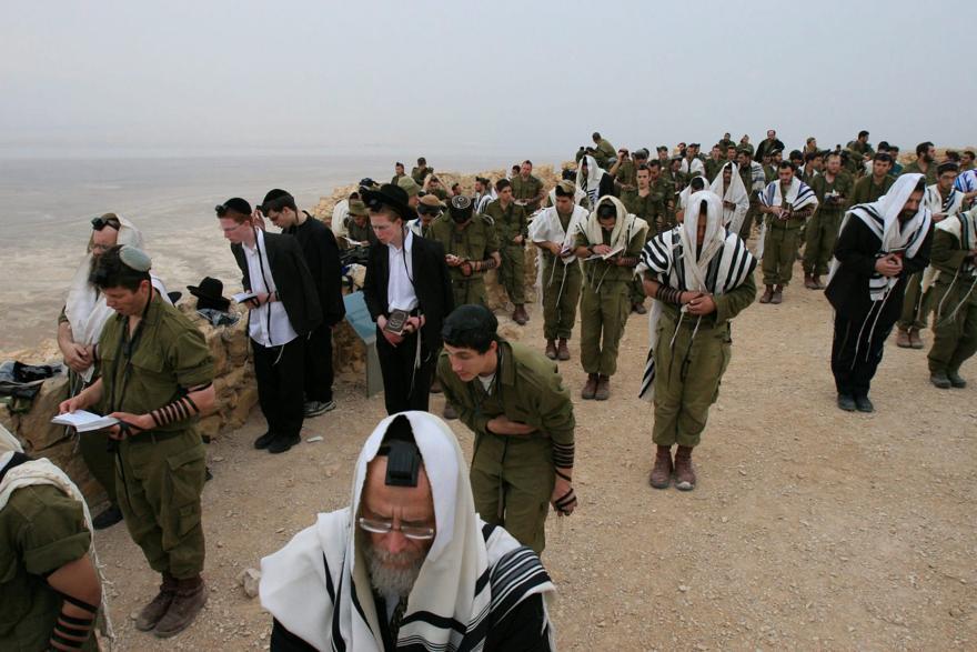 FOTO DEL ARCHIVO: Soldados ultraortodoxos orando, Israel, 2000. \ Alex Levac