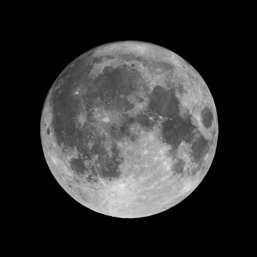 El lado cercano de la luna: mira ahora. Se está volviendo más pequeño dzika_mrowka / Getty Images IL /