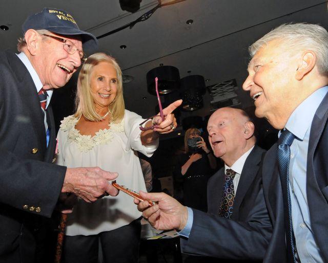 La sargento de vuelo Norman Shepherd, Angela Cohen, Sir ben Helfgott y Harry Spiro en la cena de la 45 Aid Society. Crédito: John Rifkin