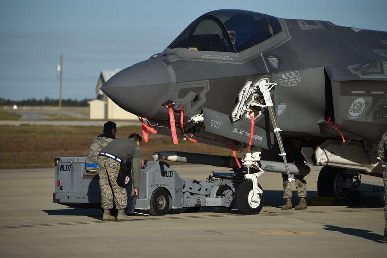 Un misil aire-aire AIM-120 AMRAAM se carga en un F-35A de la Fuerza Aérea de los EE. UU.