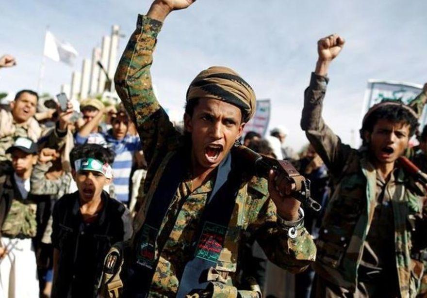 Los partidarios del movimiento Houthi gritan consignas cuando asisten a un mitin para conmemorar el 4º aniversario de la intervención militar liderada por los saudíes en la guerra de Yemen, en Sanaa, Yemen, 26 de marzo de 2019.. (Crédito de la foto: KHALED ABDULLAH / REUTERS)