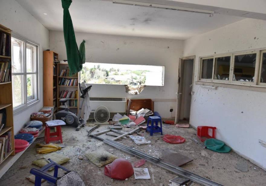 a casa en Ashkelon golpeada por un cohete disparado desde Gaza. (Crédito de la foto: UNIDAD DE VOZ POLICÍA)