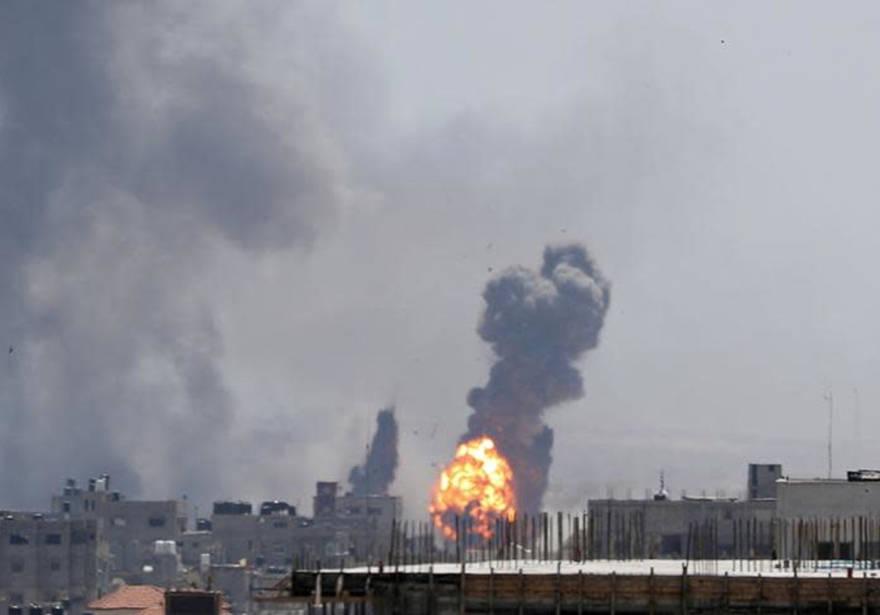 Una bola de fuego se ve durante los ataques aéreos israelíes en Gaza el 4 de mayo de 2019. (Crédito de la foto: REUTERS / MOHAMMED SALEM)