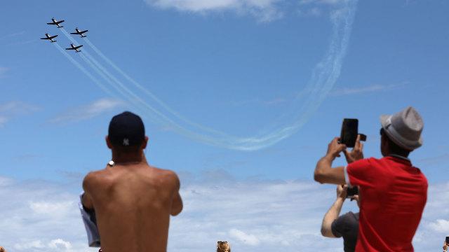 Israelíes observando aeronaves de la IAF (Foto: EPA)