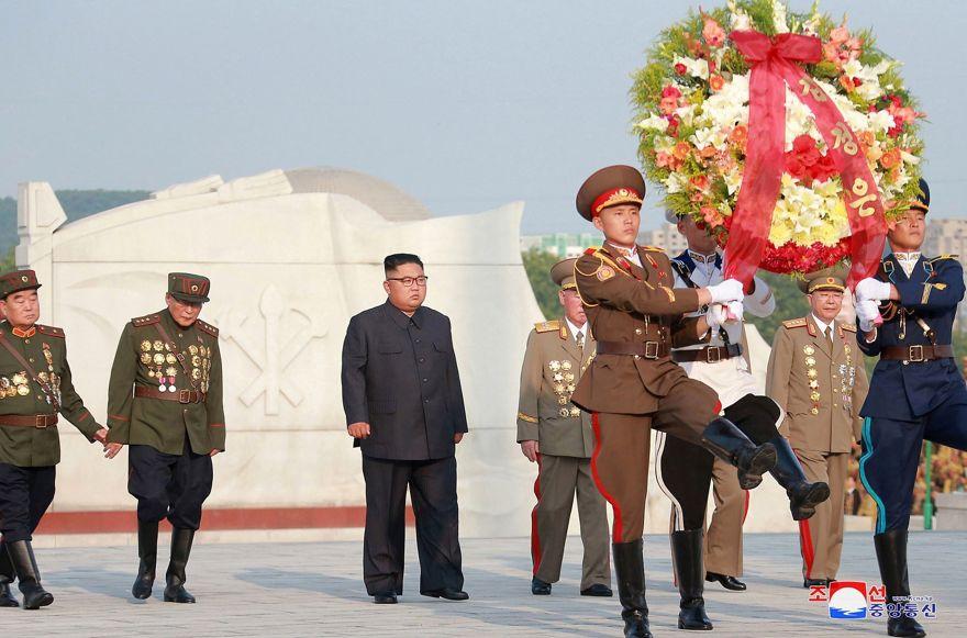 En esta foto del 26 de julio de 2018, proporcionada el 27 de julio por el gobierno norcoreano, el líder norcoreano Kim Jong Un, visita las tumbas, en el 65 aniversario de la firma del armisticio de alto el fuego que termina la lucha en el Guerra de Corea, en Pyongyang. (Agencia Central de Noticias de Corea / Servicio de Noticias de Corea a través de AP)
