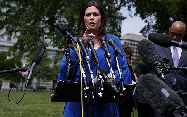 La secretaria de prensa de la Casa Blanca, Sarah Sanders, habla con reporteros fuera de la Casa Blanca, el viernes 3 de mayo de 2019, en Washington. (Foto AP / Evan Vucci)