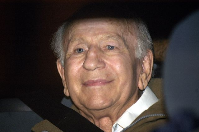 El fugitivo de Chile, Paul Schaefer, se encuentra dentro de un vehículo policial antes de ser llevado a la cárcel de Marcos Paz, el 10 de marzo de 2005 en Buenos Aires, Argentina. (Foto AP / Rolando Andrade)