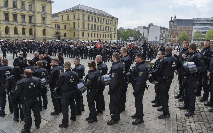 La policía asegura la manifestación del partido de extrema derecha 'Rise of German Patriots' en Leipzig, Alemania, 1 de mayo de 2019. (Heiko Rebsch / dpa a través de AP)