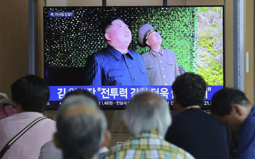 La gente ve una televisión que muestra una foto del líder norcoreano Kim Jong Un, arriba a la izquierda, durante un programa de noticias que informa sobre el lanzamiento de misiles de Corea del Norte, en la estación de tren de Seúl en Seúl, Corea del Sur, 5 de mayo de 2019 (AP Photo / Ahn Young -junto