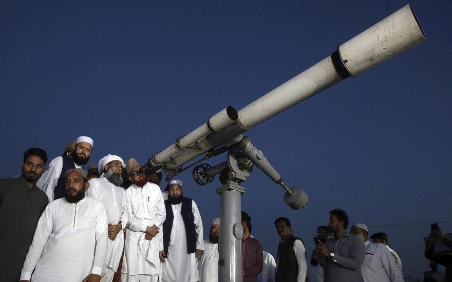 El Comité de Observación de Clérigos de la Luna de Pakistán busca en el cielo con un telescopio para la luna nueva que señala el inicio del mes de ayuno musulmán de Ramadán, en Karachi, el 5 de mayo de 2019. (AP / Fareed Khan)