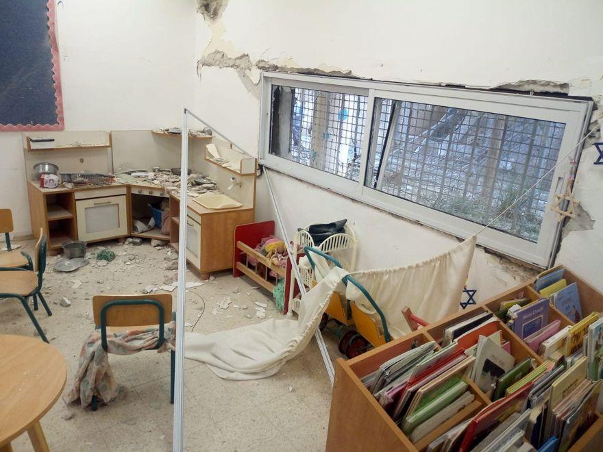 Un jardín de infantes en la ciudad sureña de Sderot que fue golpeado por la metralla desde un cohete disparado desde la Franja de Gaza que golpeó su patio el 5 de mayo de 2019. (Municipio de Sderot)