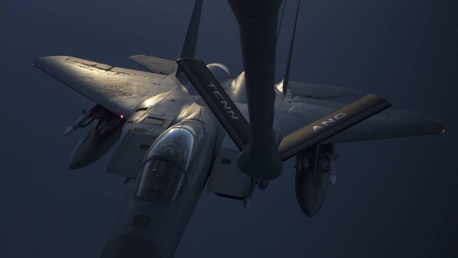 Un aviador que pilotaun F-15C Eagle recibe combustible de un KC-135 Stratotanker del 28vo Escuadrón de Reabastecimiento Aéreo Expedicionario, 12 de mayo de 2019, en una ubicación no revelada.(Senior aviador Keifer Bowes)