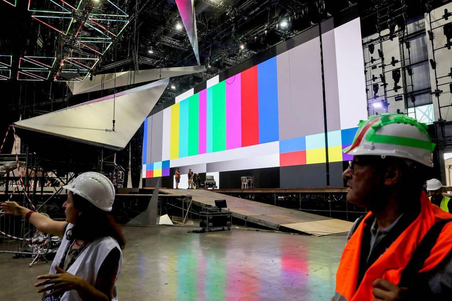 Los trabajadores preparan el escenario antes de la apertura del Festival de la Canción de Eurovisión en Tel Aviv, el 15 de abril de 2019. (Flash90)
