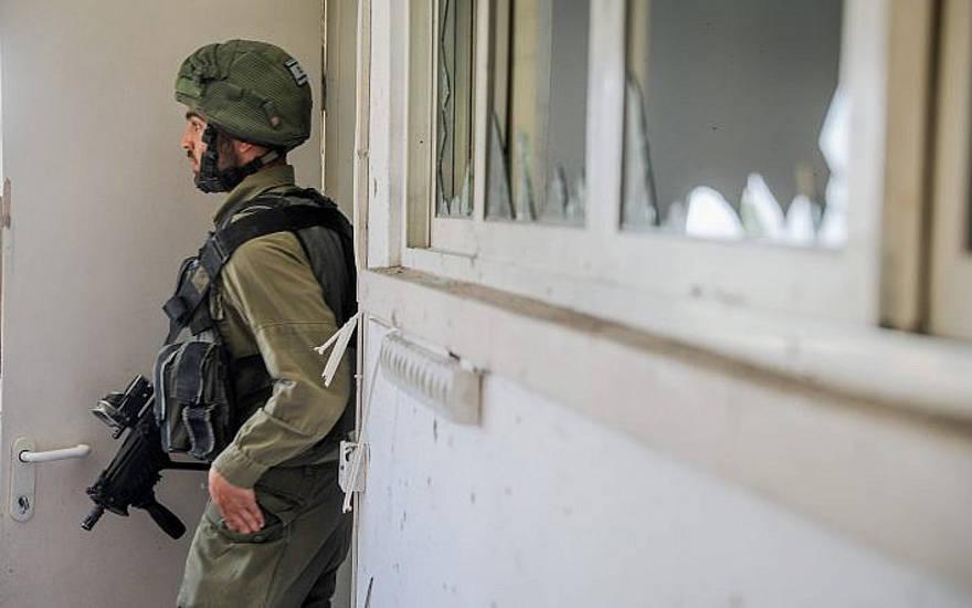 Un soldado israelí en la escena donde una casa fue alcanzada por un cohete disparado desde la Franja de Gaza en el sur de Israel el 4 de mayo de 2019 (Hadas Parush / Flash90)