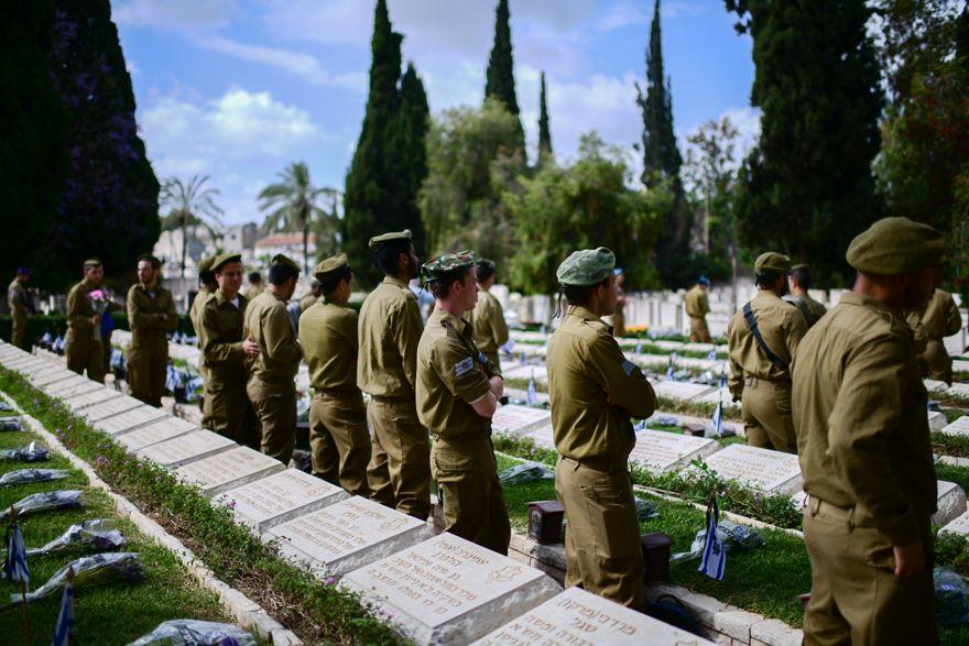 Los soldados israelíes participan en una ceremonia oficial del Día de los Caídos en el cementerio del cementerio Nahalat Yitshak, Tel Aviv, el 8 de mayo de 2019. (Tomer Neuberg / FLASH90)