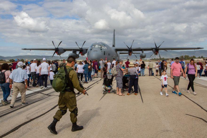En Haifa, el público fue invitado a visitar una base de la Fuerza Aérea. (Flash90)