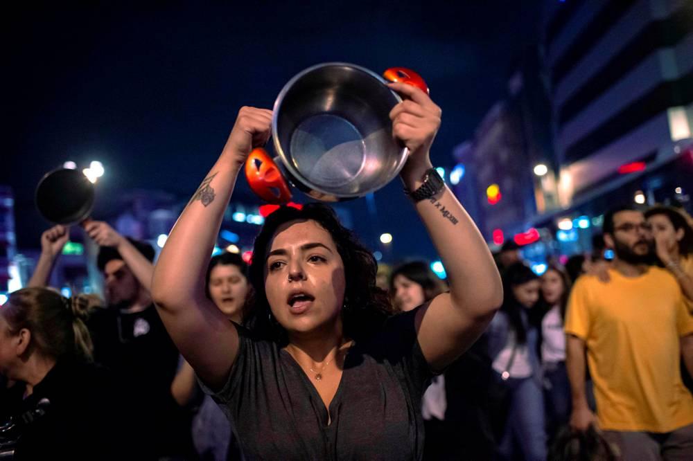 Los partidarios del alcalde de Estambul, Ekrem Imamoglu, gritan consignas contra el gobierno en una protesta contra la reelección de la elección de la alcaldía de Estambul en Estambul.6 de mayo de 2019.AFP