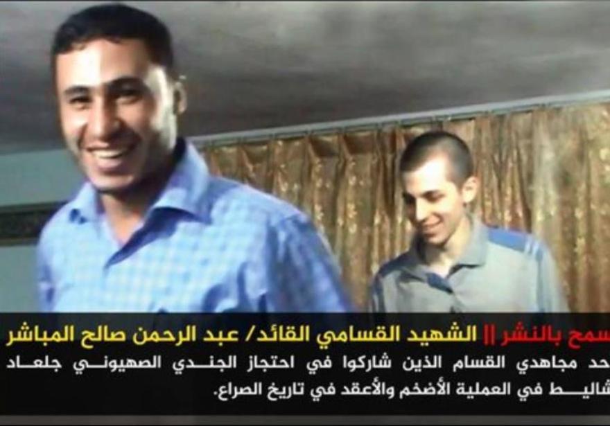 Foto de Hamás de Gilad Schalit con uno de sus captores, Abdel Rahman al-Mubasher, quien murió en un colapso de túnel. . (Crédito de la foto: ARAB MEDIA)