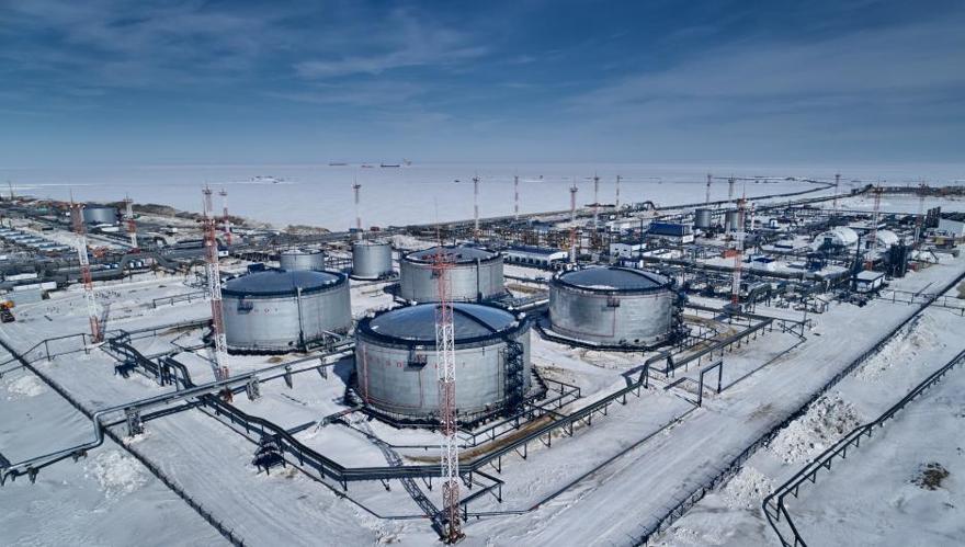 Instalaciones petroleras en el cabo Kamenny con la terminal de la Puerta Ártica a 3.5 kilómetros de la costa y tres barcos en el fondo. (Fuente: Cortesía de Gazprom)