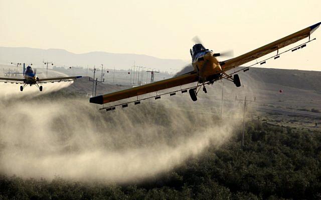Aviones que rocían pesticidas en los campos en Ramat Hanegev el 11 de marzo de 2013. Enjambres de langostas invadieron el sur de Israel. (Flash90)