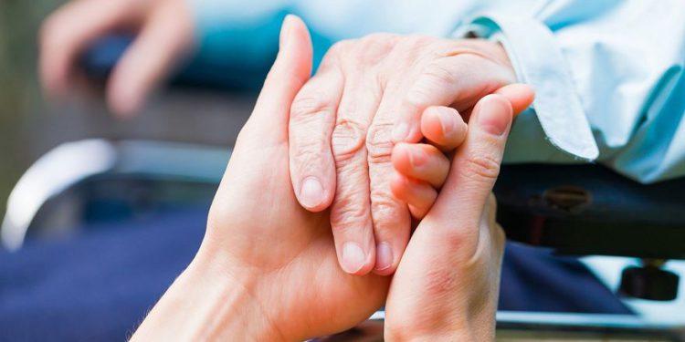 Una imagen ilustrativa de un paciente con enfermedad de Parkinson (Obencem; iStock by Getty Images)