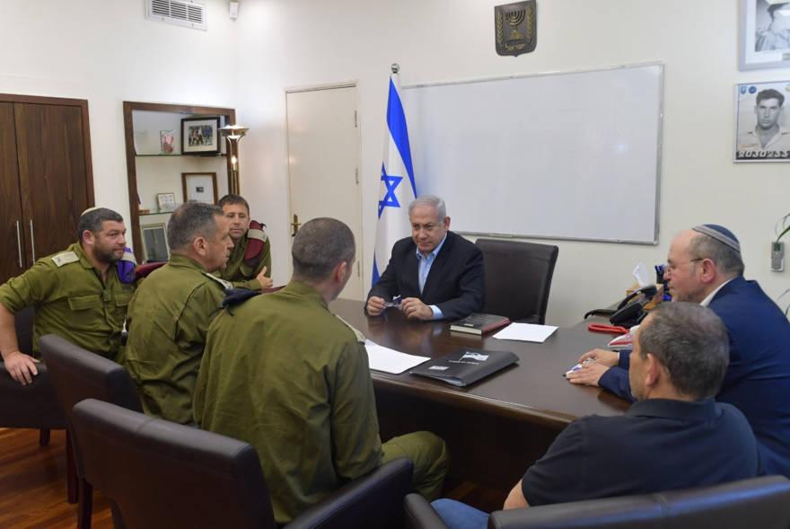 El primer ministro Benjamin Netanyahu mantiene consultas con el Jefe de Estado Mayor de las FDI, los directores de ISA y NSC y los funcionarios de seguridad en Kiriya en Tel Aviv, 4 de mayo de 2019 (Cortesía)