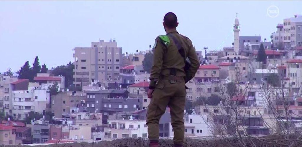 Yahya mirando a Umm el Fahem, a la que sigue sin entrar. (Captura de pantalla de Hadshot 10)