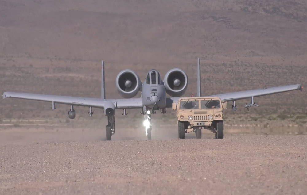 A-10 Thunderbolt II demuestra su fenomenal habilidad para aterrizar en pistas sin pavimentar