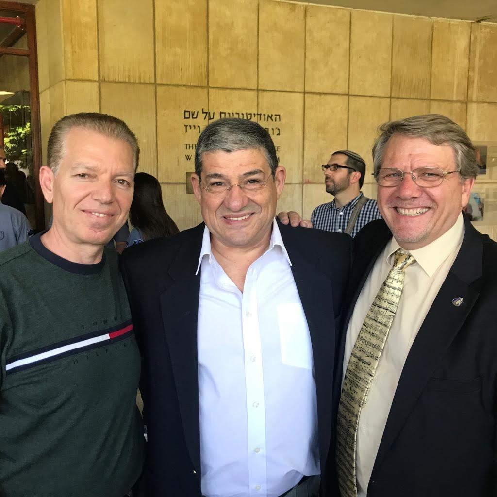 Kamil Shajrawi (izquierda), con el Presidente y Vicepresidente de la Academia Rubin de Música de Jerusalem