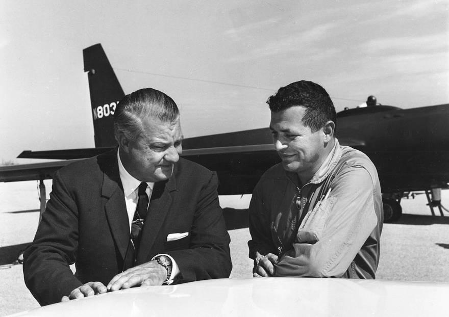 El piloto de USAF Gary Powers (derecha) con la diseñadora de U2 Kelly Johnson en 1966 (Creative commons)