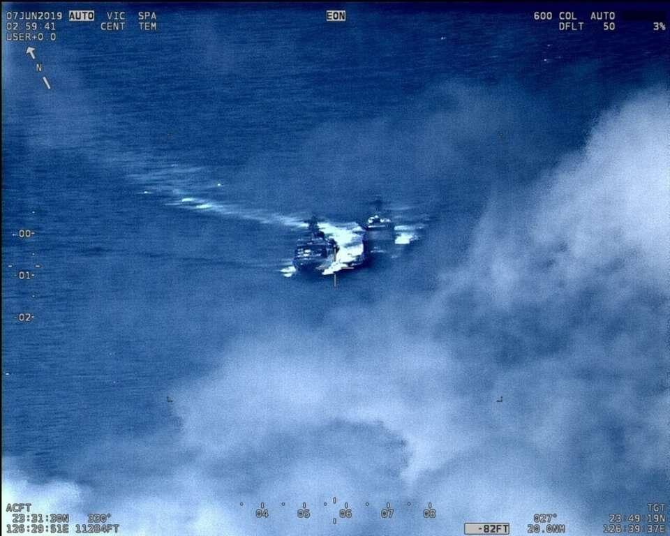 El destructor ruso y el crucero de los Estados Unidos parecían estar cerca. US 7th Fleet